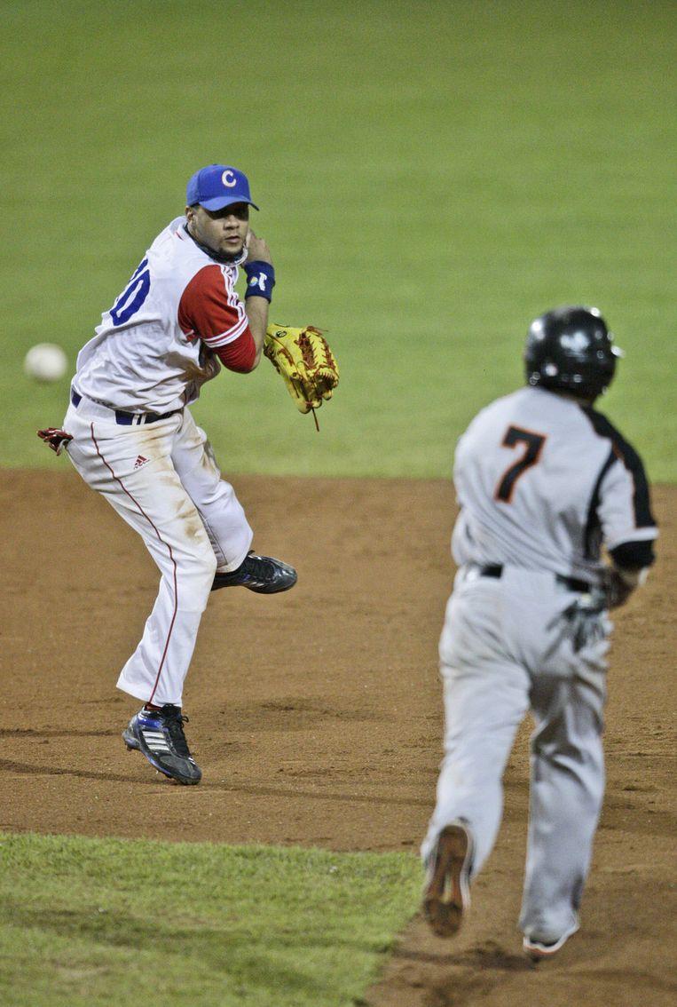 Dwayne Kemp (r), is uit bij Cuba's Yulieski Gourriel (l), tijdens de zesde inning. Beeld ap