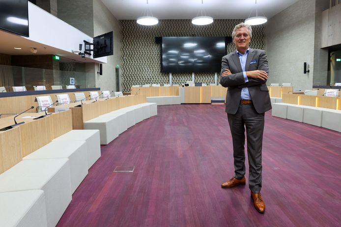 Burgemeester John Jorritsma in de (coronaproof ingerichte en gerestylde) raadzaal.