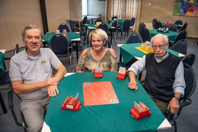 Vanaf links:  Arthur Hollink, Monique Jellema en Hans van Dam die de beginnerscursus bridgen hebben gevolgd.