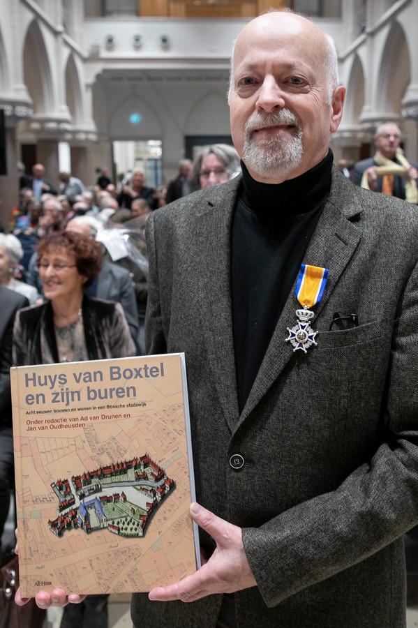"""Bij de presentatie van het boek """"Huys van Boxtel en zijn buren"""" werd Ton Wetzer benoemd tot Ridder in de Orde van Oranje Nassau."""