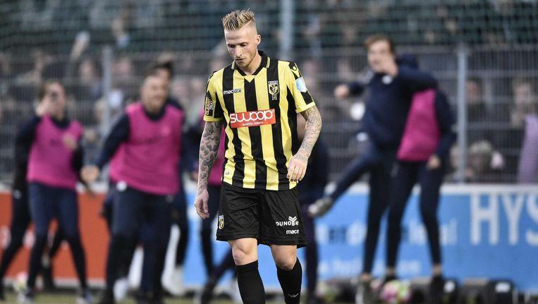 Alexander Buttner van Vitesse baalt na zijn gemiste strafschop tegen AVV Swift. Vitesse verloor na strafschoppen met 5-3. Beeld ANP Pro Shots