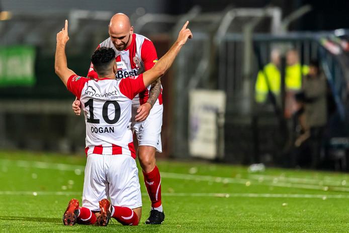 Huseyin Dogan en Bryan Smeets vieren de zege op Almere City.