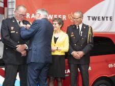 Koninklijke onderscheiding voor brandweermannen uit Wierden bij afscheid