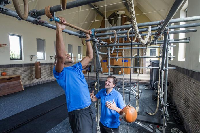Ido Middelkamp (rechts) is als een kind zo blij met zijn nieuwe sportstudio in oude Baptistenkerk.