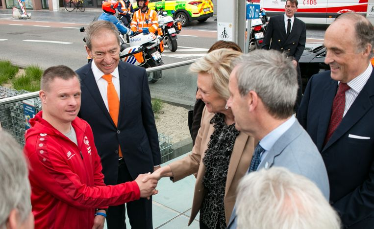 Waaslander en wielrenner Lieven Mels, het gezicht van deze Special Olympics, wordt begroet door prinses Astrid.