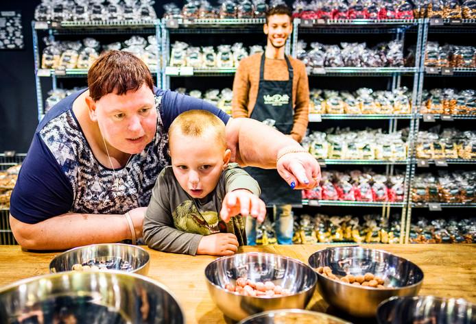 Jolanda Heinen proeft met neefje Thijs Jager de verschillende smaken in de pepernotenwinkel