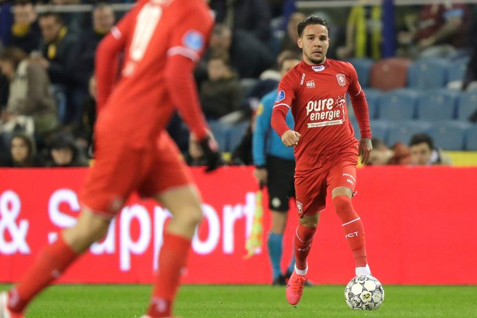 Calvin Verdonk in actie in de laatste competitie die FC Twente dit seizoen speelde, uit bij Vitesse.