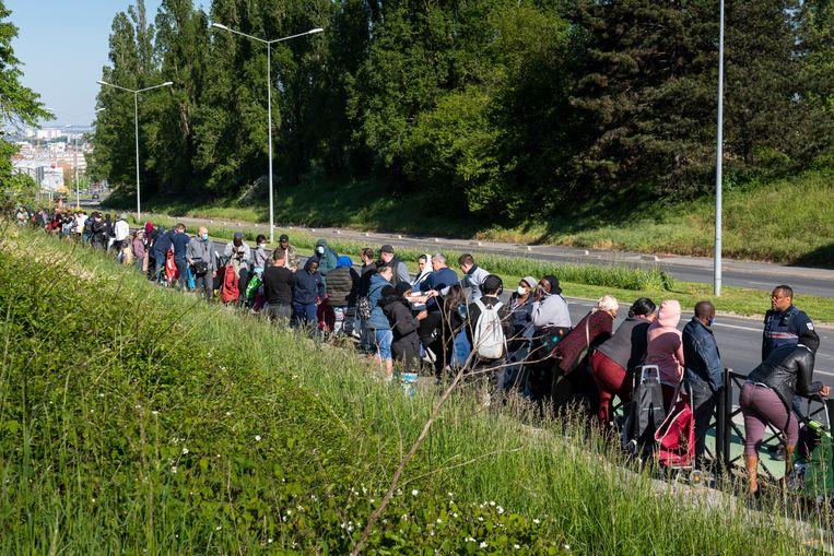 Clichy-sous-Bois, Frankrijk. Gratis voedseldistributie tijdens de vijfde week van de Franse lockdown. Beeld Steven Wassenaar