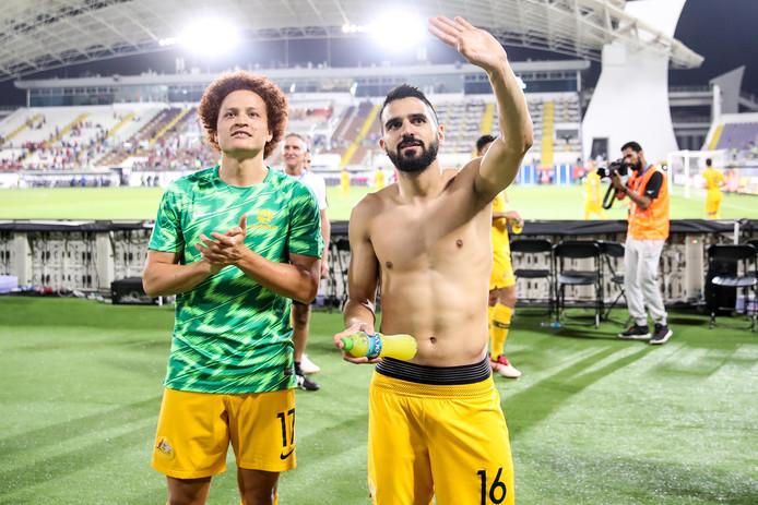 Aziz Behich (rechts) en Mustafa Amini vieren de kwalificatie voor de knock-outfase.