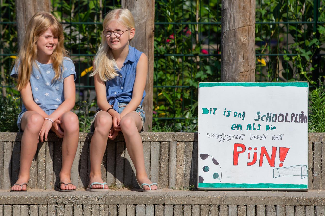 Leerlingen van De Buut protesteerden tegen de voorgenomen ontmanteling van het speelveldje.