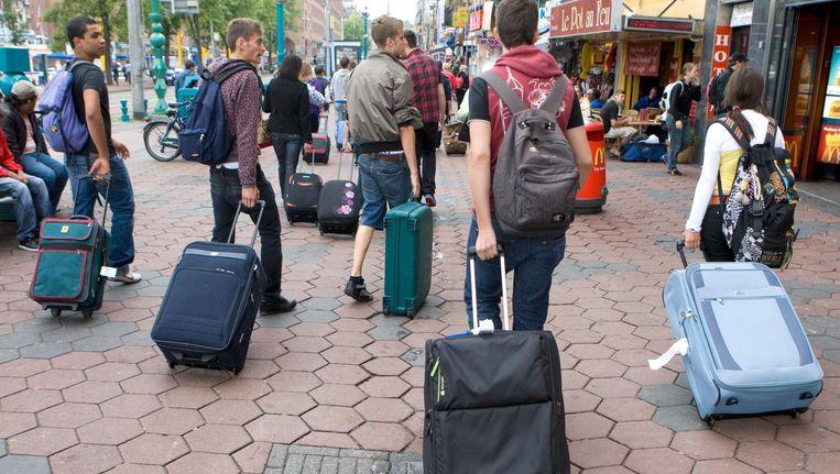Toeristen op het Damrak in Amsterdam. Beeld anp