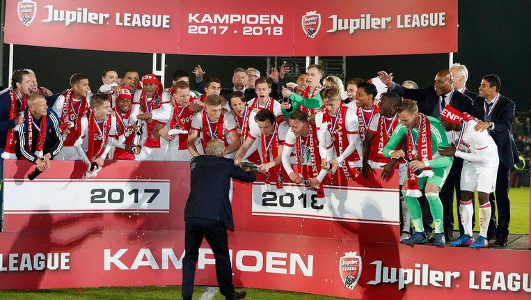 Jong Ajax kreeg op 28 april de kampioensschaal van de Jupiler League overhandigd. Beeld Pro Shots / Stanley Gontha
