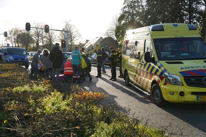 Met een auto is de gevallen en gewonde motorrijder afgeschermd van het verkeer in Zevenaar.