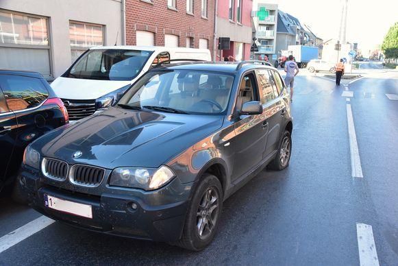 De aangereden BMW liep onder meer een kapotte linkerachterband op bij het ongeval langs de Brugseweg in Poelkapelle.