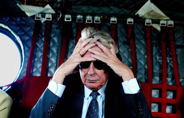 Wim Kok is in gedachten tijdens de terugreis naar Sarajevo in een Chinook helicopter.  Beeld ANP