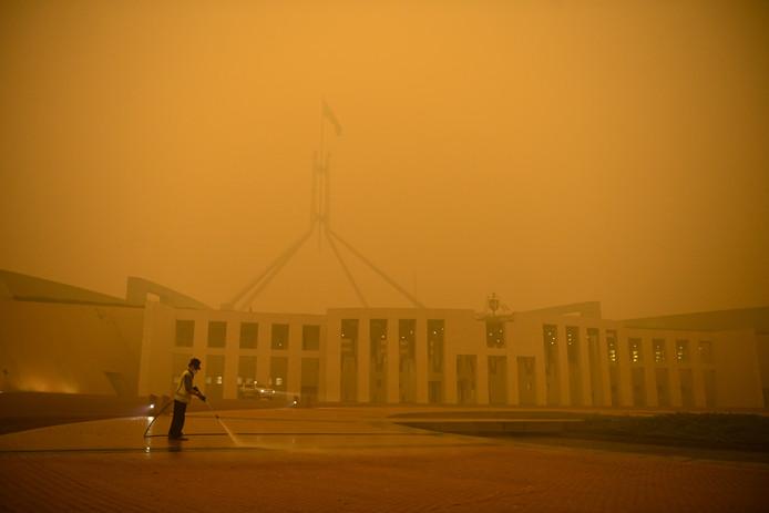 Het Australische parlementsgebouw in Canberra wordt door rook aan het oog onttrokken.
