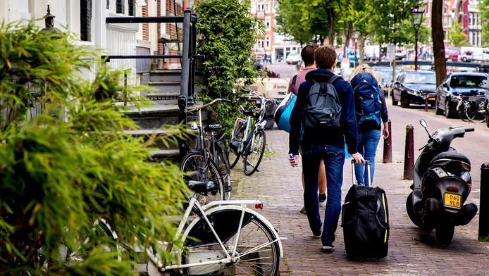 Toeristen op de grachten in Amsterdam