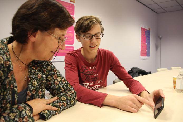 Leerling Tjeu Kayim en teamleider Ria van Vlijmen.