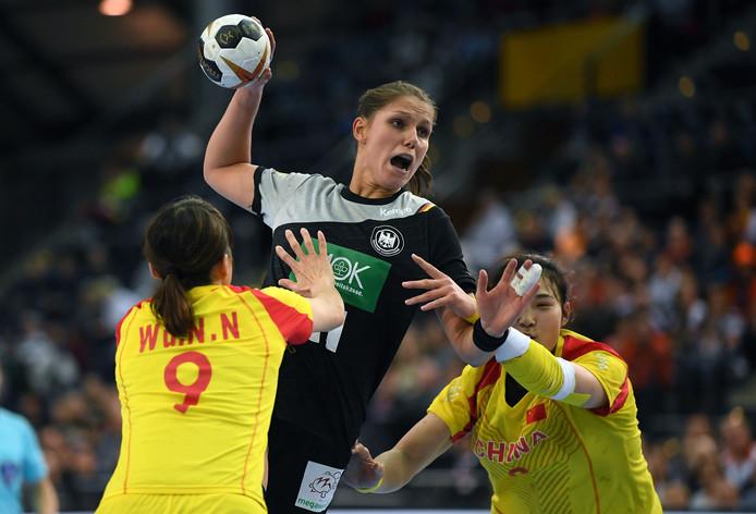 Xenia Smits (midden) schiet namens Duitsland tijdens het duel met China.