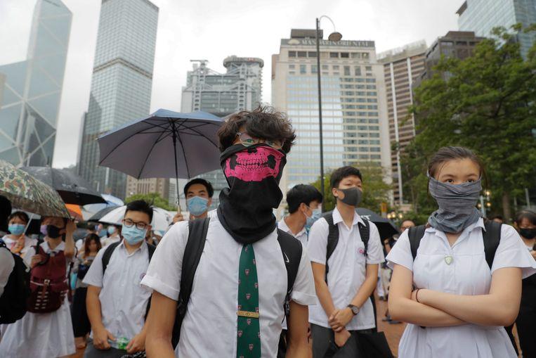 Scholieren tijdens de staking in Hongkon maandag.   Beeld AP