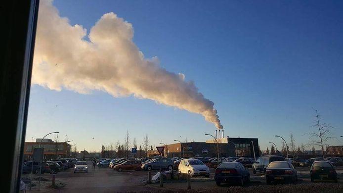 Archiefbeeld van de centrale in Stadshagen. Buurtbewoners klaagden over stank, in 2016 zijn de schoorstenen verhoogd. PvdA en D66 willen nu dat dit soort centrales uit de stad verdwijnen.