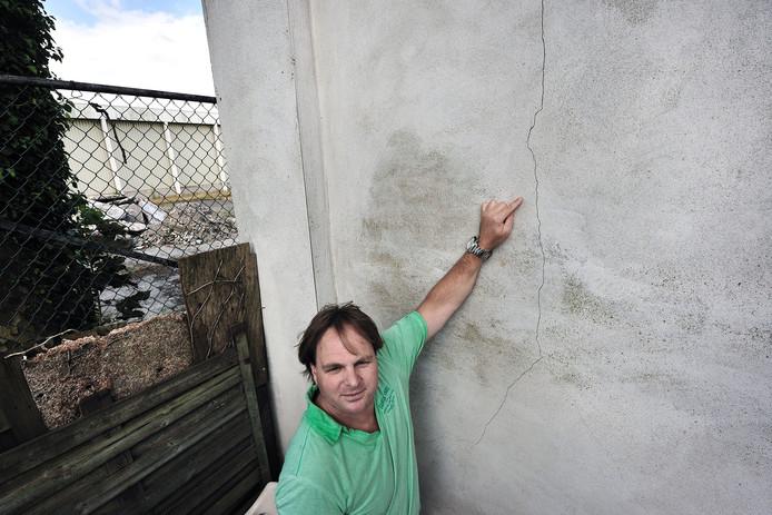 Volgens Marco de Jongh zijn er scheuren in zijn woning ontstaan tijdens archeologisch onderzoek op het terrein achter zijn huis. Hij wil dat de gemeente de schade vergoedt.