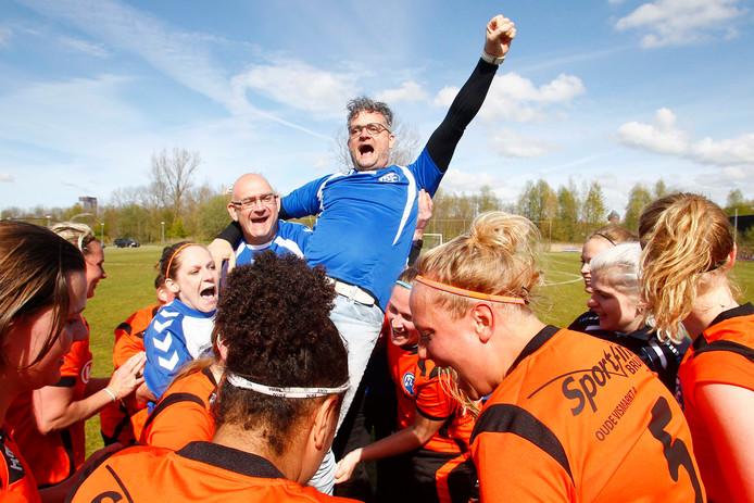 Archiefbeeld: HTC viert feest in Groningen, trainer Berend van Gelder gaat op de Zwolse schouders. Nu is de stekker uit het team getrokken.