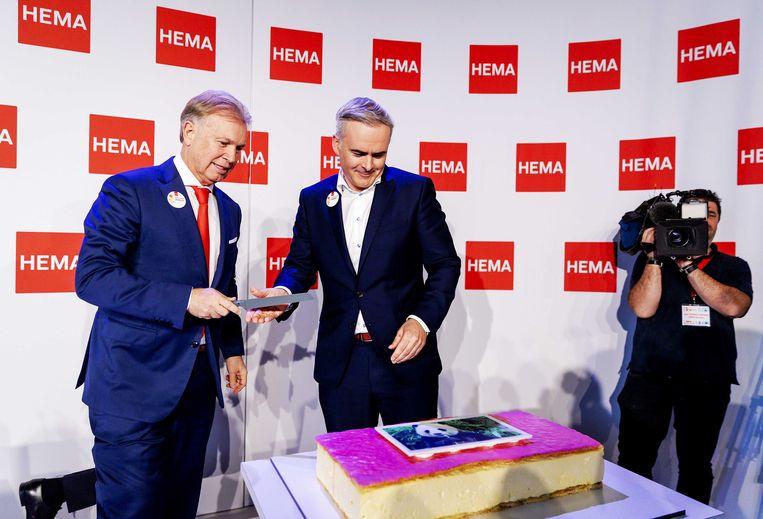Ondernemer Marcel Boekhoorn en Tjeerd Jegen CEO van snijden een mega tompoes aan tijdens de persconferentie.  Beeld ANP