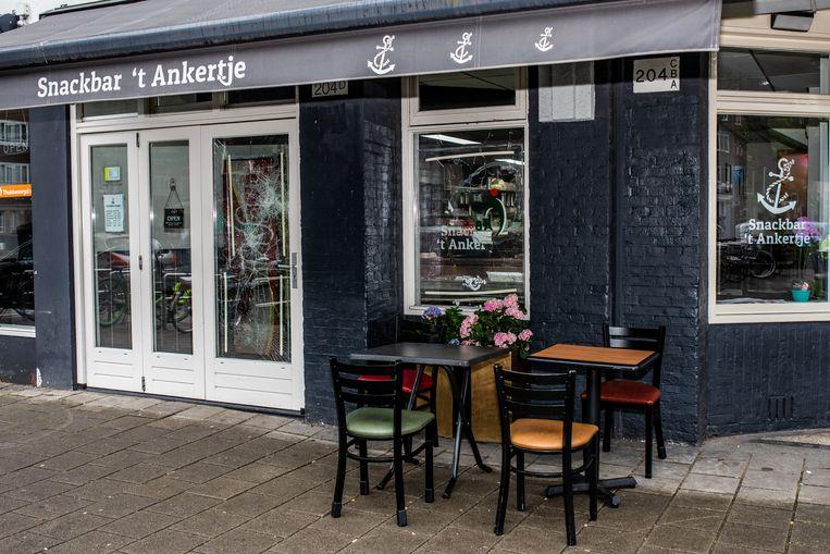Op de Van Woustraat zijn wéér ramen ingegooid van horeca, nu van snackbar 't Ankertje. Beeld Nosh Neneh