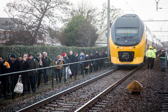 In Haarlem zaten honderden reizigers urenlang vast in een trein, nadat een boom op het spoor was gewaaid.