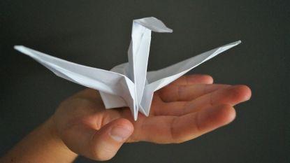 Kraamvogels vouwen in de Japanse Tuin ter nagedachtenis van Hiroshima
