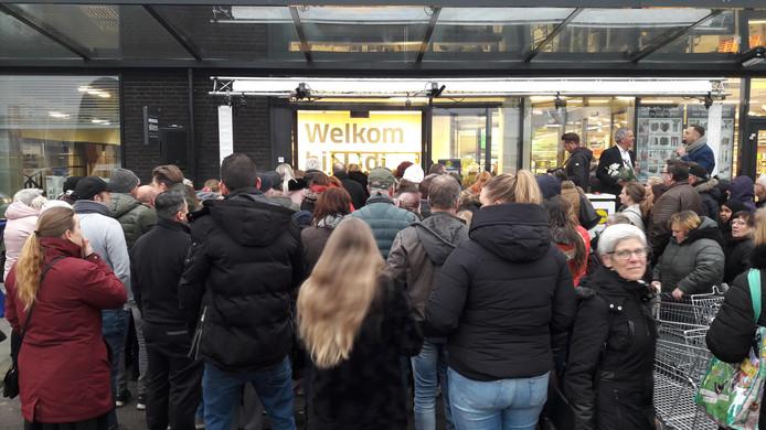 Nette stormloop op nieuwe Lidl in Terneuzen na de officiële opening.