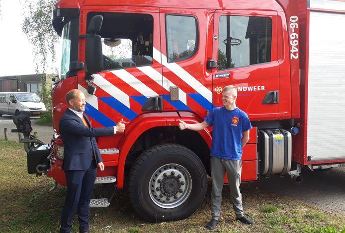 Burgemeester Jan Nathan Rozendaal van Elburg heeft persoonlijk de felicitaties overgebracht aan Thomas van 't Veen die het jeugdlintje van de gemeente heeft verdiend.
