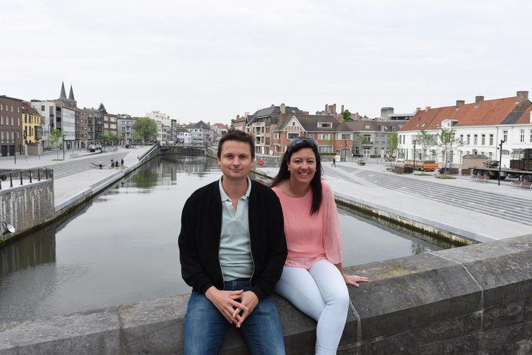 Schepenen Arne Vandendriessche en Kelly Detavernier, hier aan de verlaagde Leieboorden, stelden het charter mee op.