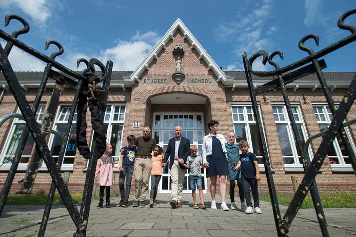 Vlnr: Cor Zijlmans, Cor Diepstraten en Lian van Strien lopen met enkele kinderen naar buiten.