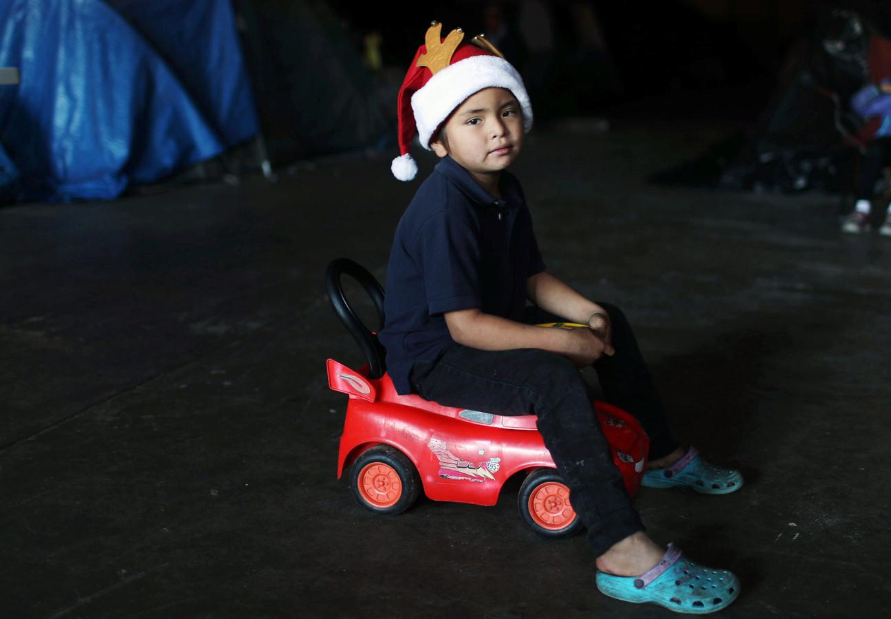 In Tijuana, aan de Mexicaans-Amerikaanse grens, viert een jongen Kerstmis in een migranten-opvangcentrum.