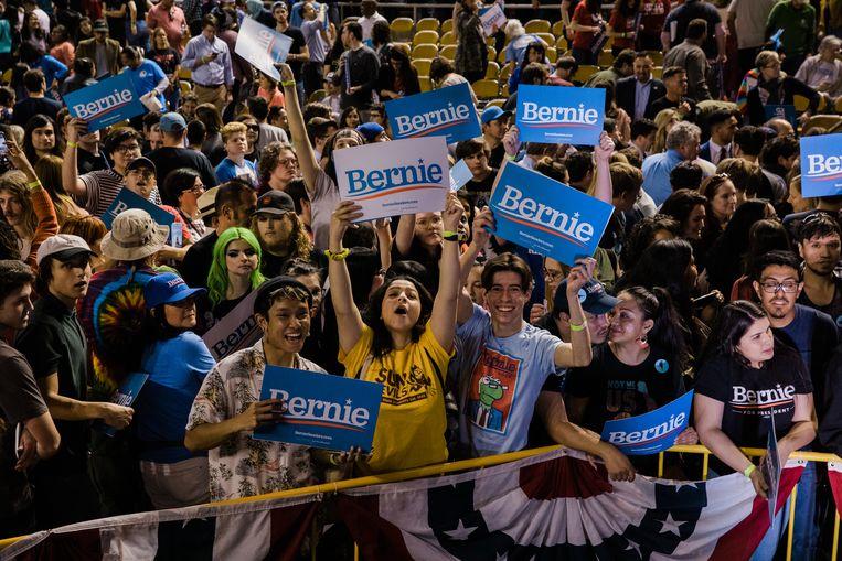 Senator Bernie Sanders trekt donderdag veel jonge kiezers in Phoenix, Arizona. Beeld Getty Images