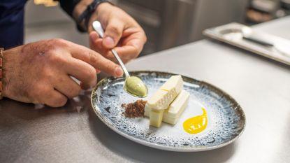 Restaurant The London serveert dessert en pralines in de vorm van Havenhuis