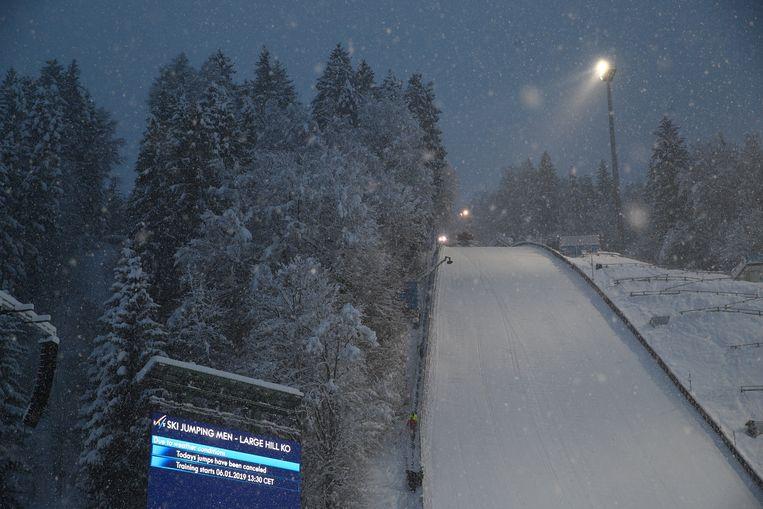 Ook de schansspringers in Bischofshofen hebben last van de sneeuwval. Beeld REUTERS