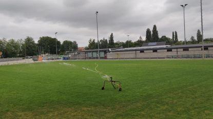 """Ingezaaide voetbalvelden worden volop gesproeid: """"Het is geen leidingwater, dat mag nu zeker niet"""""""