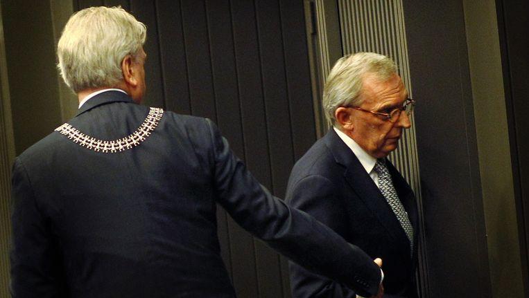Burgemeester van Roermond Henk van Beers (links) en Jos van Rey schudden de hand na het aftreden van Van Rey. Beeld ANP