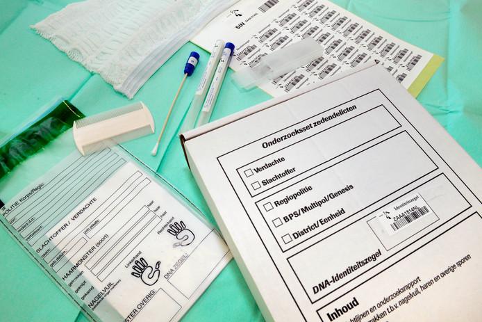 Formulieren, wattenstaafjes en andere materialen uit de 'zedenkit' die gebruikt wordt bij forensisch onderzoek naar een zedendelict.