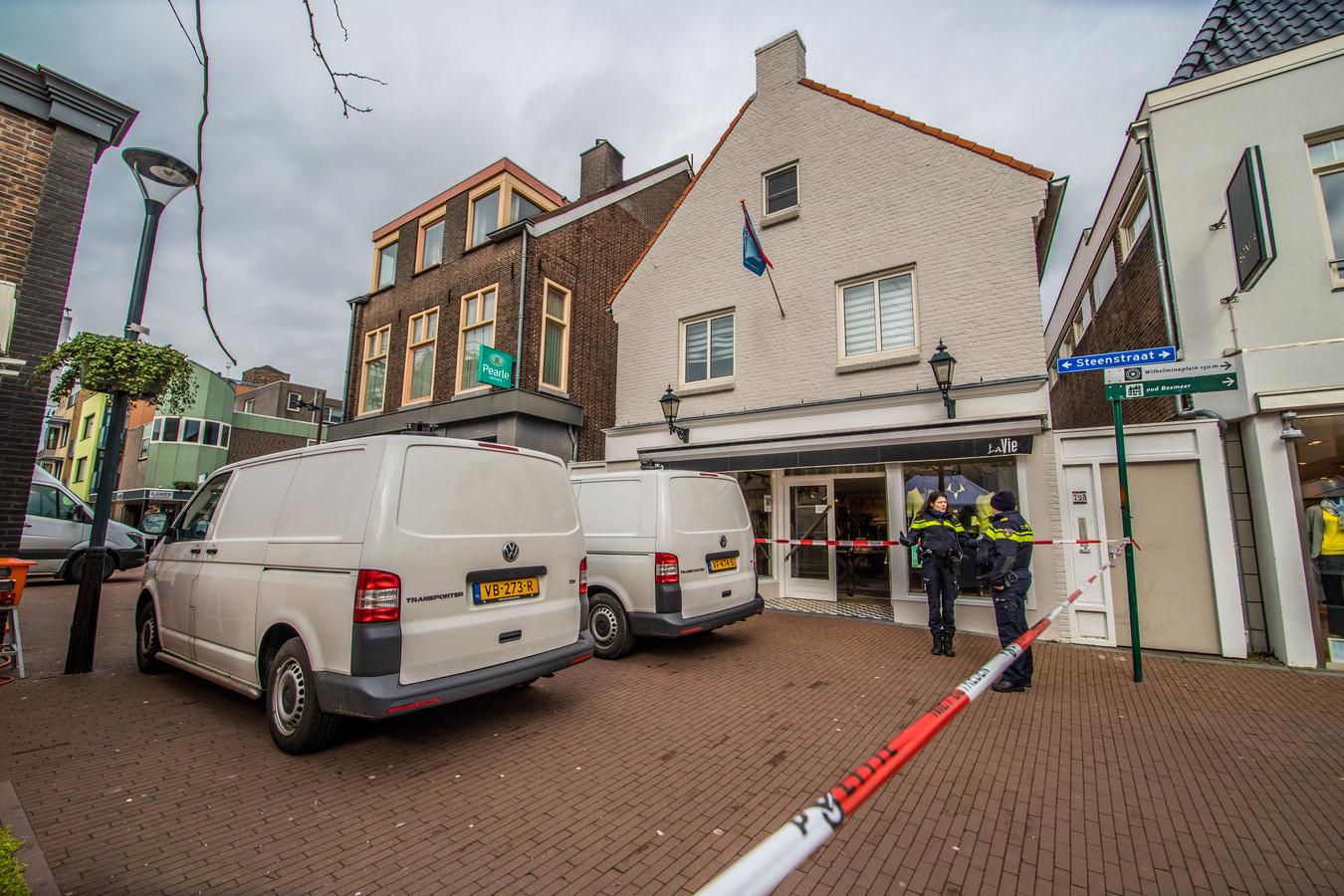 De moord op tonprater Frank Schrijen aan de Steenstraat in Boxmeer: de politie doet onderzoek in de woning boven de opticien.