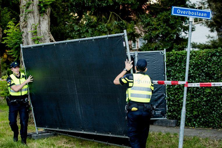 Agenten verplaatsen hekken bij het huis van Koen Everink voorafgaand aan de reconstructie van de moord op de zakenman, in 2016. Beeld Robin Lonkhuijsen, ANP