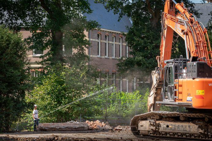 Er wordt druk gesloopt op Coudewater. De voormalige dansschool is ook al tegen de vlakte.