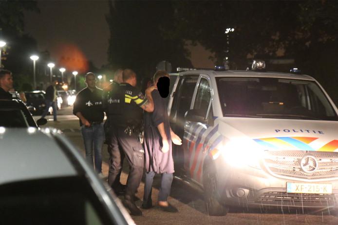 De politie sloeg vrijdagavond twee personen in de boeien, onder wie deze man.