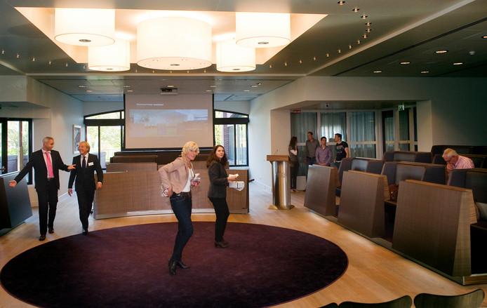 In 2011 werd de raadszaal opnieuw ingericht door interieurarchitect Caroline Molenaar.  Foto uit het archief.