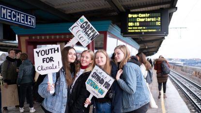 Tientallen scholieren trekken naar klimaatmars