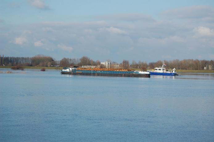 Het vastgelopen schip in de IJssel bij Spooldersluis. Foto: Ingrid Stijkel