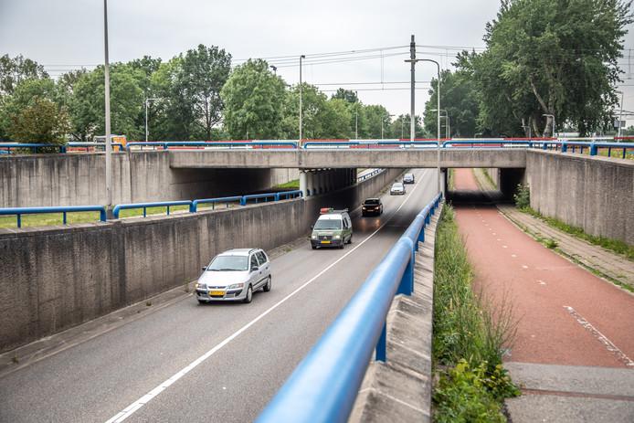 Het spoorviaduct waaraan werkzaamheden worden verricht die zorgen voor 'takkeherrie'. Spoorwegbeheerder ProRail werkt aan het spoor richting Emmen en Meppel. Onderdeel daarvan is aanpassing van spoorviaducten, waaronder het viaduct in de Marsweg.